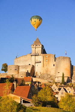 FR06349 France, Aquitaine Region, Dordogne Department, Castelnaud-la-Chapelle, Chateau de Castelnaud, 13th century, with hot-air balloon