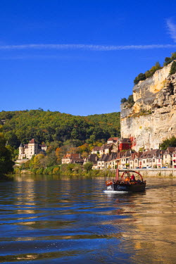 FR06345 France, Aquitaine Region, Dordogne Department, La Roque Gageac, town on the Dordogne River and tour boats