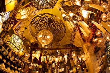 TK01351 Lamps and lanterns in shop in the Grand Bazaar, Istanbul, Turkey
