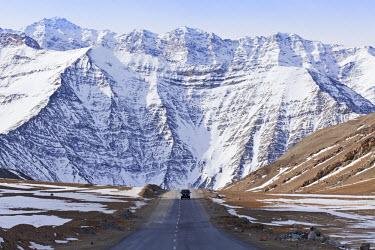 IND6599 India, Ladakh. A dramatic mountainous backdrop on the Leh to Kargil road