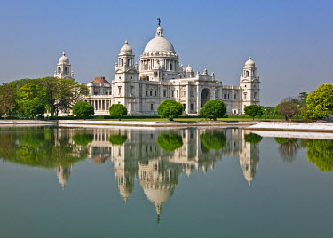 IND6386 Situated in a well-tended park, the magnificent Victoria Memorial building with its white marble domes was built to commemorate Queen Victoria�s diamond jubilee in 1901 but was completed more than ten...