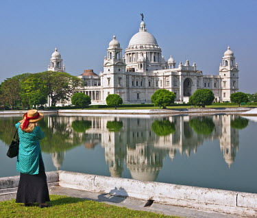 IND6387 Situated in a well-tended park, the magnificent Victoria Memorial building with its white marble domes was built to commemorate Queen Victoria�s diamond jubilee in 1901 but was completed more than ten...