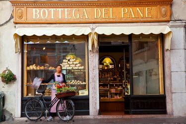 IT04353 Bakery selling bread, cakes & pizza, Bassano del Grappa, Veneto, Italy