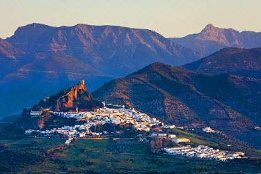 ES05509 The whitewashed village of Zahara de la Sierra at sunset, Zahara de la Sierra, Cadiz Province, Andalusia, Spain