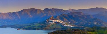 ES05502 The whitewashed village of Zahara de la Sierra at sunset, Zahara de la Sierra, Cadiz Province, Andalusia, Spain