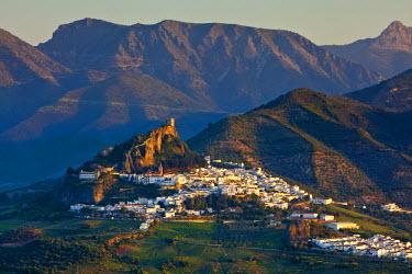 ES05500 The whitewashed village of Zahara de la Sierra at sunset, Zahara de la Sierra, Cadiz Province, Andalusia, Spain