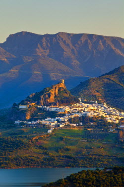 ES05501 The whitewashed village of Zahara de la Sierra at sunset, Zahara de la Sierra, Cadiz Province, Andalusia, Spain