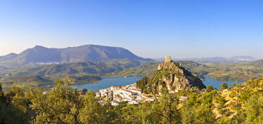 ES05486 The whitewashed village of Zahara de la Sierra dominated by Moorish castle, Zahara de la Sierra, Cadiz Province, Andalusia, Spain