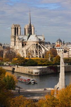 FR01929 France, Paris, elevated view of the Cathedrale Notre Dame and the Pont de la Tournelle bridge