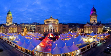 DE01425 Europe, Germany, Berlin, traditional Christmas Market at Gendarmenmarkt  - elevated view illuminated at dusk