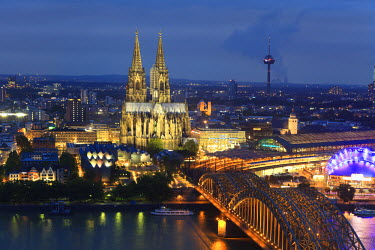 DE05079 Germany, North Rhine Westphalia, Cologne (Koln), Hohenzoller Bridge over River Rhine and Cathedral