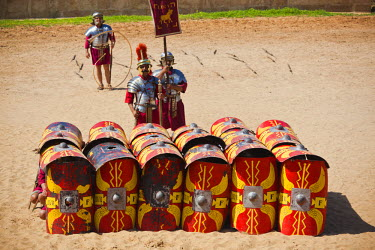 JD07100 Jordan, Jerash, Roman Army and Chariot Experience, Roman-era military show, ancient Roman turtle manouver