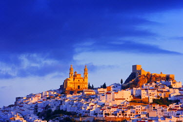Spain, Andalucia, Cadiz province, Olvera, Our Lady of the Incarnation Church and Olvera Castle at dawn