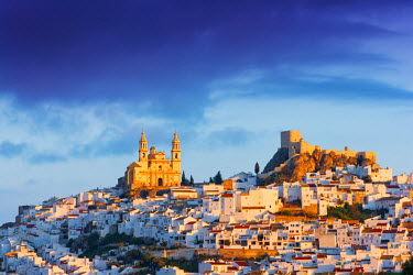 SPA3842AW Spain, Andalucia, Cadiz province, Olvera, Our Lady of the Incarnation Church and Olvera Castle at dawn