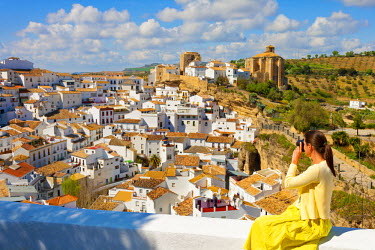 SPA3852AW Spain, Andalucia, Setenil, Woman photographing view (MR)