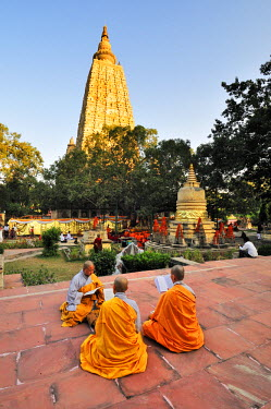 IND6839AW Monks praying at the buddhist Mahabodhi Temple, a UNESCO World Heritage Site, in Bodhgaya, India