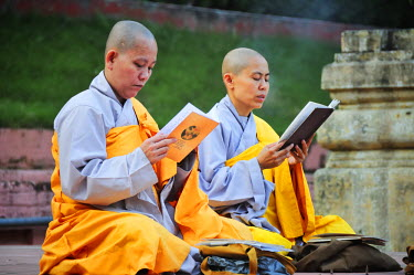 IND6841AW Monks praying at the buddhist Mahabodhi Temple, a UNESCO World Heritage Site, in Bodhgaya, India