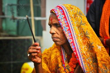 IND6847AW Woman praying. Sonepur Mela, India