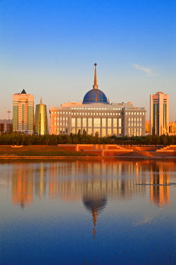 KZ01075 Kazakhstan, Astana, City skyline reflecting in Isahim River