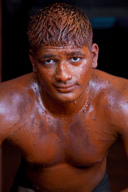 IN06327 Kushti, traditional Indian wrestling, wrestlers training, Kolhapur, Maharashtra, India