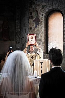 IT9850AW Italy, Umbria, catholic priest during the wedding liturgy