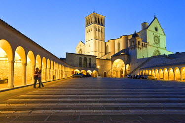 IT9863AW Italy, Umbria, Perugia district, Assisi, a couple kissing in front of the Basilica of San Francesco