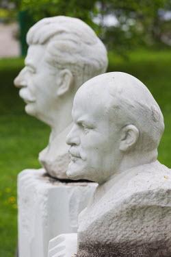 RU01359 Russia, Moscow, Zamoskvorechiye-area, Art Muzeon Sculpture Park, Soviet-era sculpture, Vladimir Lenin and Joseph Stalin