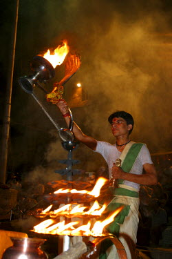 AR4288400005 Ceremony close to the river Ganjes,  Varanasi: India