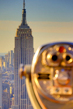 US60273 USA, New York, Manhattan, Midtown, Empire State Building from Top of The Rock, Rockefeller Center, Tourist Binoculars