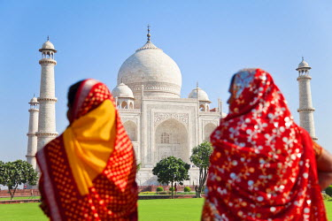 IN02196 Taj Mahal, UNESCO World Heritage Site, Women in colourful Saris, Agra, Uttar Pradesh state, India, (MR)