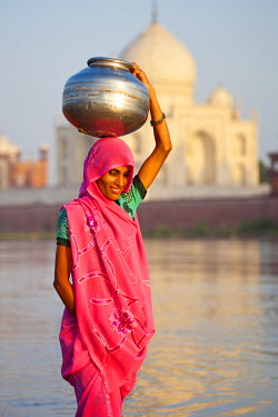 IN02195 Taj Mahal across the Yamuna River, Woman in a colourful Sari collecting water, Agra, Uttar Pradesh state, India, (MR)