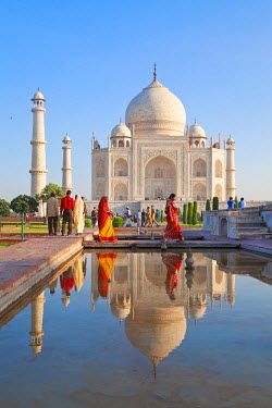 IN02191 Taj Mahal, UNESCO World Heritage Site, Women in colourful Saris, Agra, Uttar Pradesh state, India, (MR)