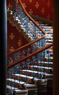 ENG10216AW Grand staircase of the St. Pancras Renaissance Hotel, London, UK