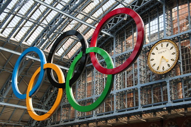 ENG10214AW Olympic rings in St Pancras station, London, UK