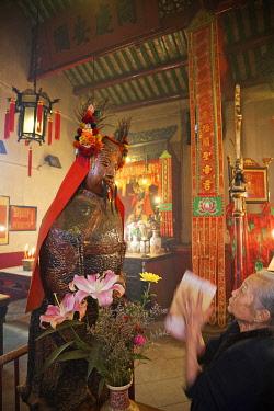 TPX28406 China, Hong Kong, Hollywood Road, Man Mo Temple, Elderly Lady Preying