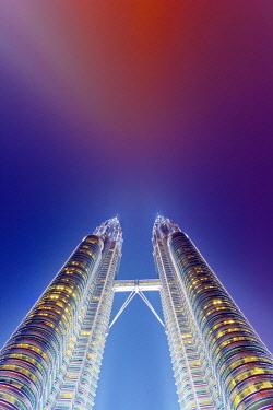MAY0212AW Malaysia, Kuala Lumpur, Petronas Towers, Low view at night