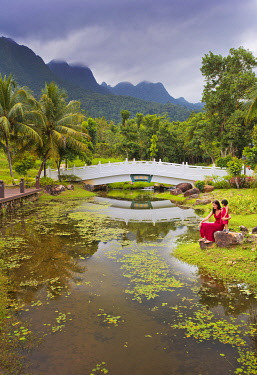 MAY0215AW Malaysia, Langkawi, Oriental Gardens, Woman and girl sitting by lake MR
