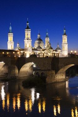 ES04232 Spain, Aragon Region, Zaragoza Province, Zaragoza, Basilica de Nuestra Senora de Pilar and the Puente de Piedra bridge, on the Ebro River