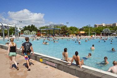 AUS1723 Australia, Queensland, Cairns.  Swimmers at the Esplanade Lagoon.