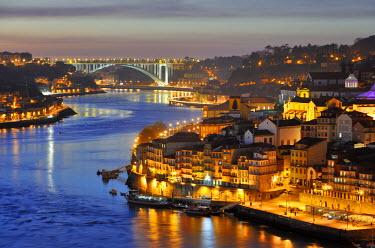 POR6763AW Oporto. Ribeira, a Unesco World Heritage Site at dusk. Portugal