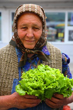 EU24_BBI0047_M Romania; Sighisoara. A lady selling vegetables in weekend local market