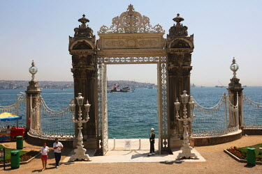 AS37_BBI0025_M Turkey, Istanbul.Dolmabahce Palace, The gate to the quay of Bosphorus