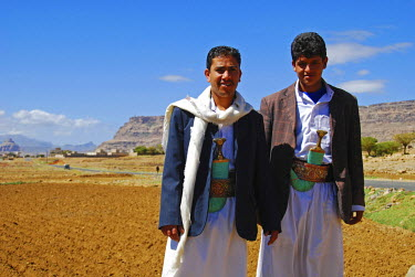 AS39_AAS0011_M Yemen, Inland, portrait of smiling local men standing with famers ploughing field in the background