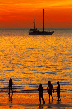 AU01_DWA4329_M People and yacht seen from Mindil Beach Sunset Market, Darwin, Northern Territory, Australia