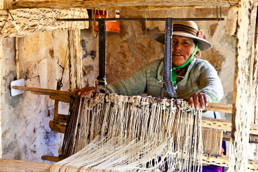 SA01_JRI0413_M Argentina, Province Jujuy, Puna (highlands of the Andes mountains) -  Indian woman weaving at a traditional weaving loom made out of cactus wood.