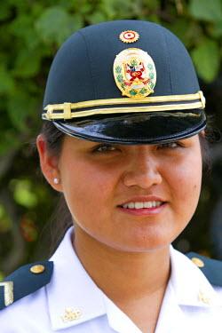 SA17_DFR0051_M Female peruvian police officer in Lima, Peru.
