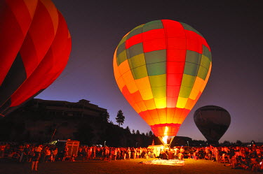 USA8345AW The night glow of Balloons, Bend, Central, Oregon, USA
