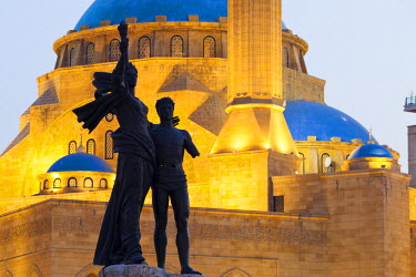LEB0029AW Lebanon, Beirut. Statue in Martyr's Square and Mohammed Al-Amin Mosque at dusk.
