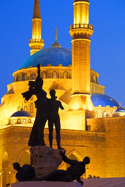 LEB0031AW Lebanon, Beirut. Statue in Martyr's Square and Mohammed Al-Amin Mosque at dusk.