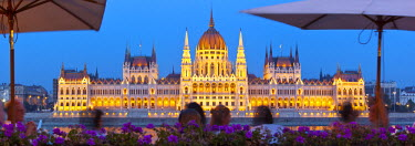 HU01316 Hungarian Parliament Building illuminated at dusk, Budapest, Hungary